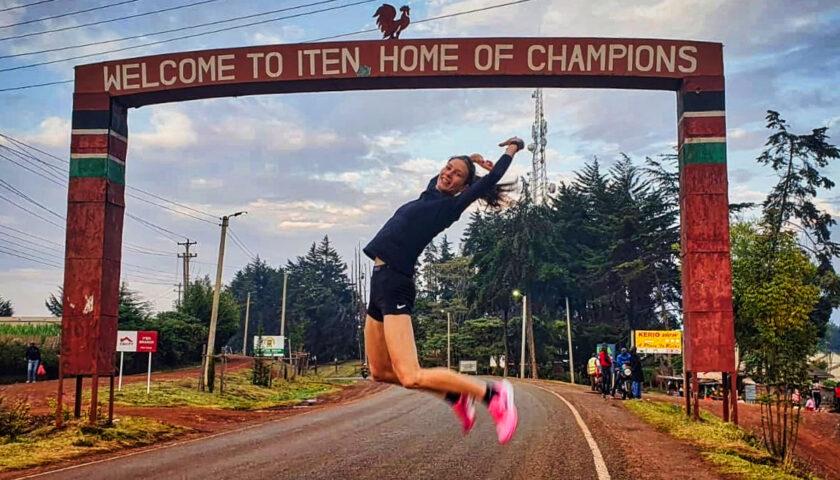 Kinga Królik szlifuje formę w Kenii.